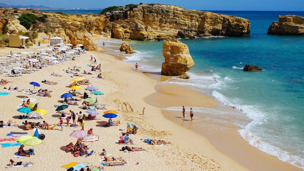 Europeus esperançosos em férias no início do Verão