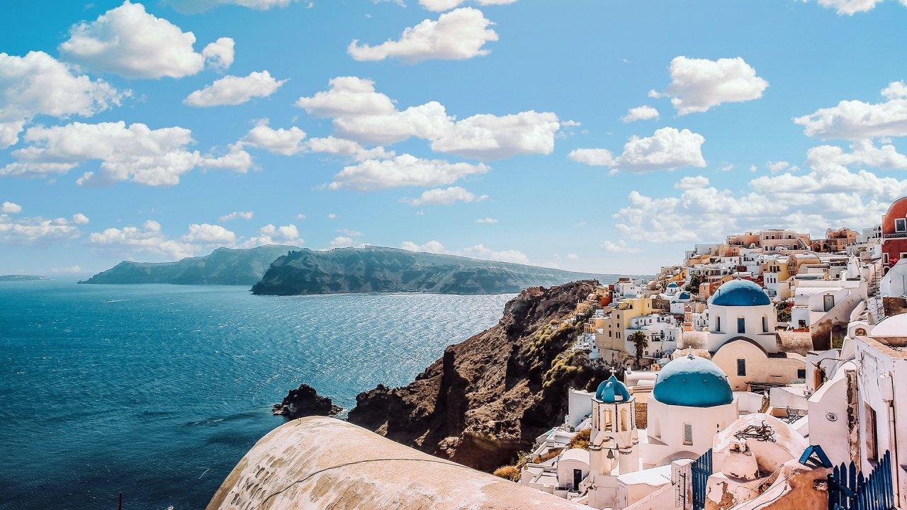 Grécia negoceia com o Reino Unido os passaportes de vacinação para reactivar o turismo